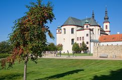 Tuin en kerk in Litomysl, oostelijke Bohemen, Tsjechische republiek - Unesco stock afbeelding