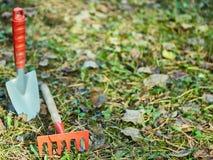 Tuin het schoonmaken, kleine schop, hark, stock foto