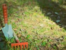 Tuin het schoonmaken, kleine schop, hark, stock foto's
