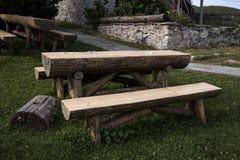 Tuin houten lijst en bank stock foto