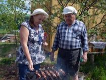 Tuin, mensen, oudste, vrouw, in openlucht, familie, het tuinieren, paar, oude landbouwer, aard, het lopen, kind, jongelui, mannen stock foto