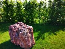 Tuin met decoratief steenzonlicht royalty-vrije stock afbeeldingen