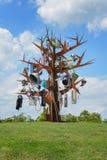 Tuin met een modern kunstwerk, een verfraaide roestige ijzerboom Stock Foto's