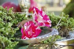 Tuin met floristische decoratie, floristicsontwerp Royalty-vrije Stock Foto
