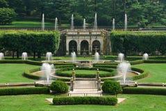 Tuin met fontein stock afbeeldingen