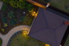 Tuin met gangen en groen gras Foto uit bovengenoemde hommel wordt genomen die stock afbeelding