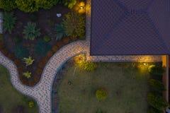 Tuin met gangen en groen gras Foto uit bovengenoemde hommel wordt genomen die stock fotografie