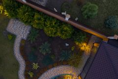 Tuin met gangen en groen gras Foto uit bovengenoemde hommel wordt genomen die stock foto's