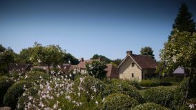 Tuin met huizen en bloemen in Normandië, Frankrijk stock video