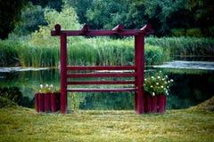 Tuin met meer en bank Royalty-vrije Stock Afbeeldingen