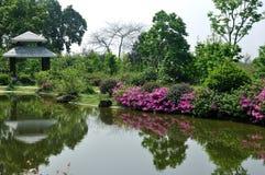 Tuin met meer en gloriette Stock Afbeelding