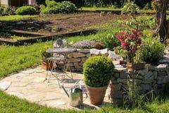 Tuin met plaats voor het ontspannen Stock Foto