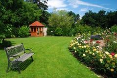 Tuin met rozen Royalty-vrije Stock Afbeeldingen