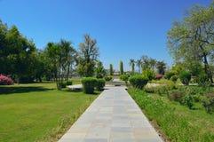 Tuin met steenweg Stock Afbeelding