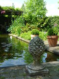 Tuin met vijver en pergola Stock Afbeelding