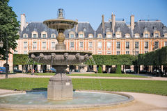 Tuin in zeer elegante Place des de Vogezen, Parijs Stock Afbeeldingen