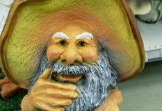 Tuinbeeldhouwwerk van paddestoelgrootvader van Russische volksverhalen royalty-vrije stock afbeelding