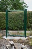 Tuinbouw die een poort en een omheining installeren royalty-vrije stock foto