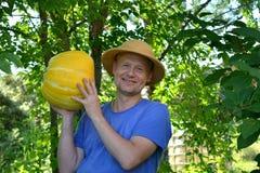 Tuinbouwer die een pompoen tonen Stock Foto
