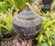 Tuindecoratie door aardewerkkruik, aardewerkwaterkruik Royalty-vrije Stock Foto's