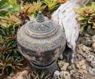 Tuindecoratie door aardewerkkruik, aardewerkwaterkruik Stock Afbeeldingen