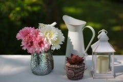 Tuindecoratie met bloeiende bloem stock afbeelding