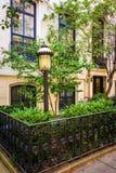 Tuinen en huizen in de stad langs 23ste Straat in Chelsea, Manhattan, Stock Foto's