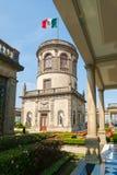 Tuinen en toren met de Mexicaanse vlag bij Chapultepec-Kasteel i stock fotografie