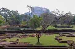 Tuinen, Sigiriya-Rots en vesting, Sigiriya, Sri Lanka stock foto's