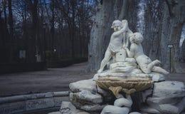 Tuinen van de stad van Aranjuez, in Spanje wordt gevestigd dat Steenpaleis Stock Afbeeldingen