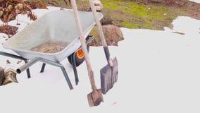 Tuinhulpmiddelen in de Lente stock video