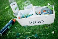Tuinhulpmiddelen in doos klaar voor bloemistzaken stock foto