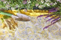 Tuinhulpmiddelen en Bloemen die de Achtergrond van de Schortstof ontwerpen Stock Foto's
