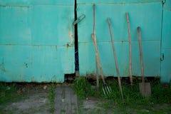 tuinhulpmiddelen op blauwe achtergrond Stock Afbeeldingen