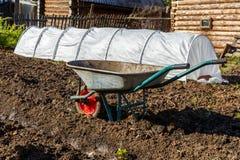 Tuinkar voor het dragen van lading in de tuin stock foto