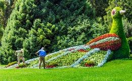 Tuinlieden die bij de bloemvogel aan Bloemeiland Mainau werken, een uniek Eiland van Bloem, het Meer van Konstanz, Duitsland stock afbeeldingen