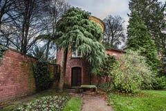 Tuinlijst en ronde steentoren Royalty-vrije Stock Fotografie