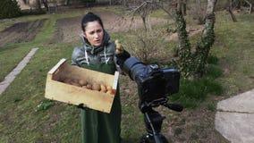 Tuinman blogger met aardappels die aan camera spreken stock video