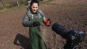 Tuinman blogger op gebied die over grondkwaliteit spreken op camera stock footage