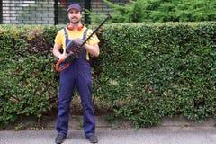 Tuinman die haagclipper in de tuin van de stad met behulp van Royalty-vrije Stock Afbeeldingen