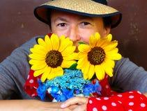 Tuinman met bloemen Stock Foto's