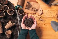 Tuinmanhandvol van grond in tot een kom gevormde handen royalty-vrije stock fotografie