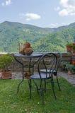 Tuinmeubilair die berglandschap overzien Stock Fotografie