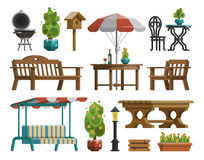 Tuinmeubilair, lijsten, stoelen, decoratieve bomen Royalty-vrije Stock Foto's