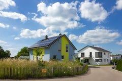 tuinomheining van moderne huisarchitectuur in landelijk platteland a Royalty-vrije Stock Foto's