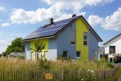tuinomheining van moderne huisarchitectuur in landelijk platteland a Stock Fotografie