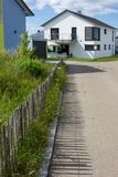 tuinomheining van moderne huisarchitectuur in landelijk platteland a Royalty-vrije Stock Fotografie