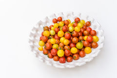 Tuinoogst van gele en rode kersentomaten op wit dienblad Stock Foto