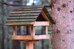 Tuinornamenten: een vogelvoeder Stock Foto