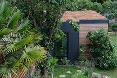 Tuinruimte, groene terugtocht met bij vriendschappelijke, het leven sedumdak in goed opgeslagen, rijpe tuin Royalty-vrije Stock Foto's